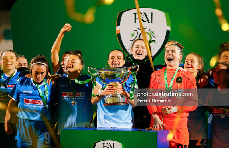 Aine O'Gorman with the trophy